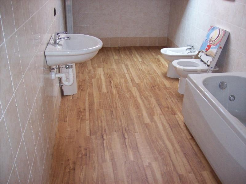 Pavimento vinilico adesivo su piastrelle: piastrelle da pavimento in